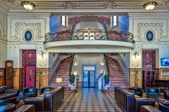 Scale elicoidali che portano ad un balcone in un lobb dell'hotel di art deco fotografia stock libera da diritti