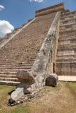 Scale maya del tempio con la testa scolpita del serpente alla base Immagine Stock