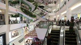 Scale mobili in centro commerciale centrale alla strada Bangna-Trad Bangkok Tailandia stock footage