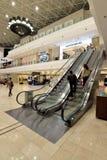 Scale mobili dentro il centro commerciale Fotografia Stock