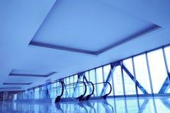 Scale mobili nel centro moderno di affari Immagini Stock