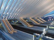 Scale mobili nella stazione ferroviaria moderna Immagine Stock