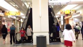Scale mobili occupate nel centro commerciale della metropoli archivi video