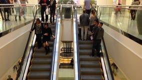 Scale mobili occupate nel centro commerciale della metropoli stock footage
