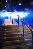 Scale moderne ed indicatore luminoso blu Fotografia Stock Libera da Diritti