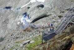 Scale in Montenvers alla caverna di ghiaccio sul mare del ghiacciaio del ghiaccio Fotografie Stock