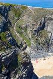 Scale nelle scogliere alla spiaggia in Almograve Immagine Stock
