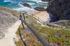 Scale nelle scogliere alla spiaggia in Almograve Immagini Stock Libere da Diritti