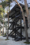 Scale nere di emergenza del metallo sotto il tetto del metallo Immagini Stock Libere da Diritti
