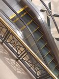Scale nere e gialle della scala mobile generica del centro commerciale Immagini Stock