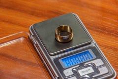 Scale per la pesatura dei gioielli Immagini Stock Libere da Diritti