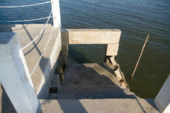 Scale per su e giù per i pescatori al ponte del cemento bianco Immagine Stock