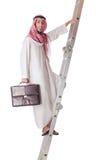 Scale rampicanti dell'uomo d'affari arabo su bianco Immagini Stock
