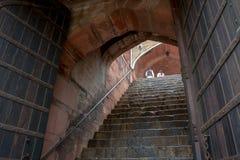 Scale rampicanti della donna e dell'uomo della tomba di Humayun, a Delhi, l'India fotografia stock