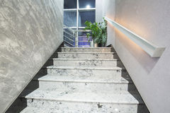Scale in una costruzione elegante moderna fotografia stock