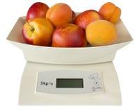 Scales med persikor och aprikosar Arkivbild