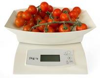 Scales med tomater Arkivfoto