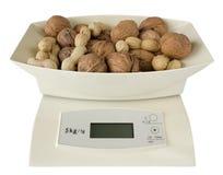Scales med valnötter och jordnötter Royaltyfri Bild