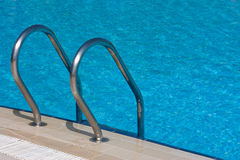 Scaletta alla piscina Fotografia Stock
