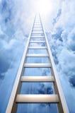 Scaletta in cielo che simbolizza successo Fotografia Stock
