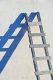 Scaletta con ombra blu in Santorini, Grecia immagini stock