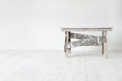Scaletta del grunge della costruzione nell'interiore bianco Fotografia Stock Libera da Diritti