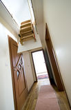 Scaletta della soffitta in casa moderna Immagini Stock
