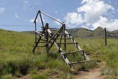 Scaletta di legno nel campo erboso Fotografie Stock