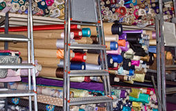 Scalette e tessile nel negozio del taylor Fotografie Stock Libere da Diritti