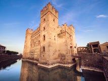 Scaliger城堡13世纪在Garda湖的西尔苗内在Ve附近 免版税库存图片