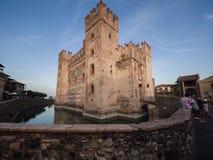 Scaliger城堡13世纪在Garda湖的西尔苗内在Ve附近 图库摄影