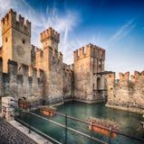 Scaliger城堡13世纪在Garda湖的西尔苗内在Ve附近 免版税图库摄影
