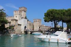 Scaliger-Schloss und Boote, Sirmione, Italien Stockfotos