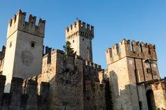 Scaliger slott Sirmione på Garda laken Arkivbild