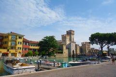 Scaligerkasteel in Sirmione op meer Garda in Noordelijk Italië wordt gevestigd dichtbij aan Verona dat stock foto