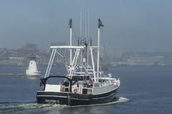 Scalloper发现II横渡的有雾的新贝德福德内在港口 库存图片