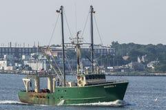 Scalloper överflödande II att närma sig New Bedford på disig morgon Royaltyfria Bilder