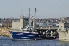 Scalloper Kathy Marie que transita la barrera del huracán en el puerto de New Bedford imagen de archivo libre de regalías