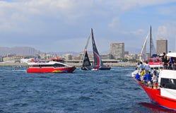 Scallywag esquivant entre la course spectaculaire Alicante 2017 d'océan de Volvo de bateaux photographie stock
