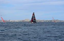 Scallywag et toute autre course fait de la navigation de plaisance l'emballage étroit dans la course Alicante 2017 d'océan de Vol Images stock