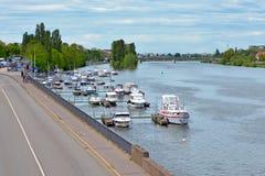 Scalo per le piccole barche private alla sponda del fiume più bassa del Neckar dentro fotografia stock