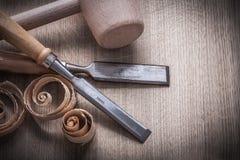 Scalpelli piani del martello dei chip di legno di pianificazione sul punto di vista superiore del bordo di legno Immagine Stock