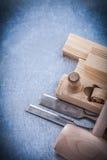 Scalpelli piani di rasatura di legno del perno piano del martello sopra Immagini Stock