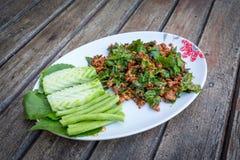 Scalpore Fried Beef con l'albero Basil Leave Fotografia Stock