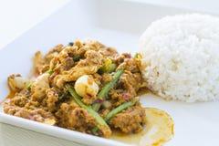 Scalpore gialle del curry del pollo fritte Fotografie Stock
