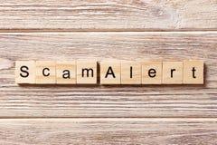 Scam-Alarmwort geschrieben auf hölzernen Block Scam-Alarmtext auf Tabelle, Konzept Lizenzfreies Stockfoto