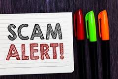 Scam för ordhandstiltext varning Affärsidé för att varna någon om intrig- eller bedrägerimeddelande någon ovanlig anteckningsbokp royaltyfria foton