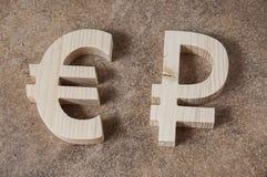 Scambi la RUBLO con l'EURO unità su un fondo di pietra Fotografia Stock Libera da Diritti