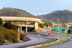 Scambio dell'autostrada senza pedaggio con più e nell'ambito dei passaggi, San Mateo, area di San Francisco Bay, California immagini stock libere da diritti