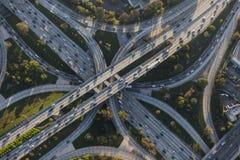 Scambio dell'autostrada senza pedaggio di quattro livelli a Los Angeles del centro Immagine Stock